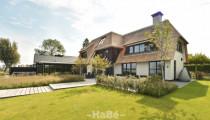 Rietgedekte villa met geweldig zicht over de Plassen.